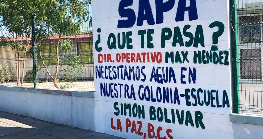 Con pintas, escuela pide agua; vecinos exhiben al plantel desperdiciándola