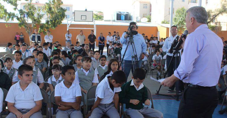 Asegura MCV que las escuelas públicas en BCS son de calidad