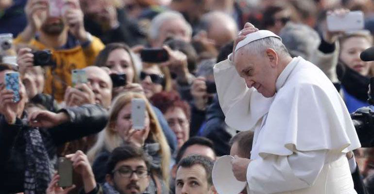 Papa se reúne con obispo chileno acusado de encubrir abusos