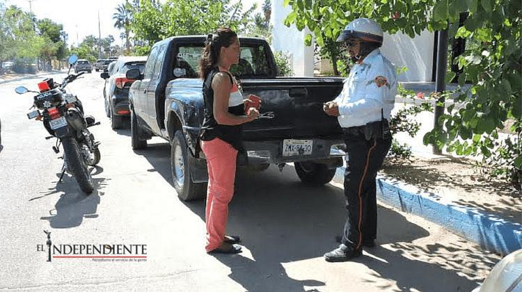 Se enojó cuando la multaron por estacionarse en un lugar para discapacitados