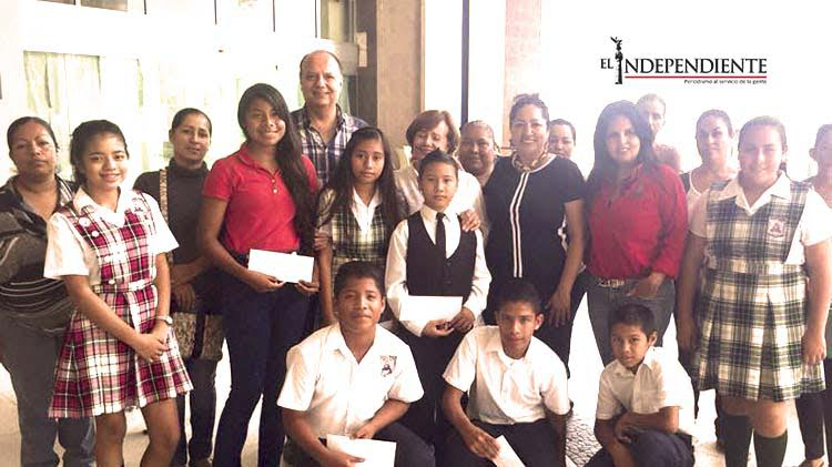 Club Rotario Los Cabos hace entrega de 10 becas a niños de escasos recursos