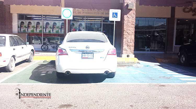Multará Transito Municipal de Los Cabos a quien se estacione en lugares para discapacitados