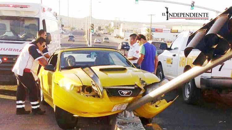 Lo estrenó!... Destroza su auto deportivo al impactarse contra semáforo recién instalado