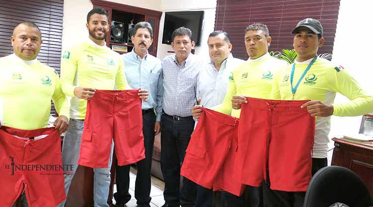 Entrega Gobierno Municipal uniformes a guardavidas de ZOFEMAT