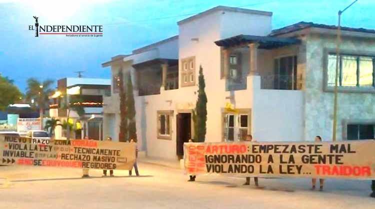 Opositores al nuevo tramo carretero se manifiestan afuera de la casa del alcalde