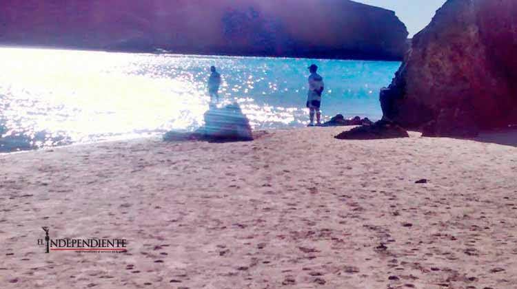 Muere vacacionista en playa Balandra; presumen un paro cardiaco como causa del fallecimiento