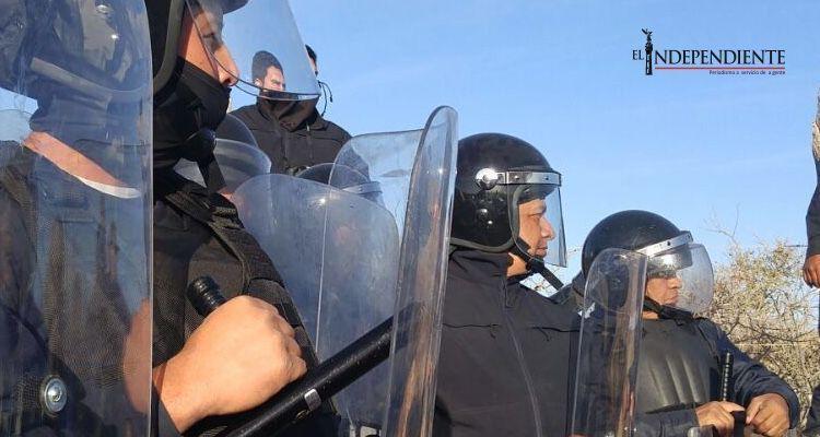 Violento desalojo de pescadores en Todos Santos por parte de granaderos