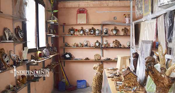 Internos del CERESO de La Paz se ayudan vendiendo artesanías que ellos fabrican