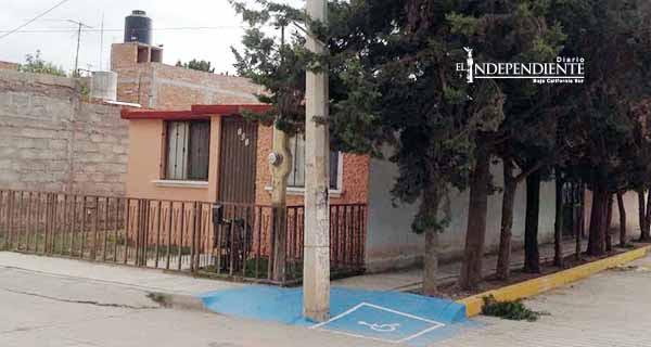 CFE apenas ha retirado 21 de más 1,000 postes que obstaculizan rampas para discapacitados
