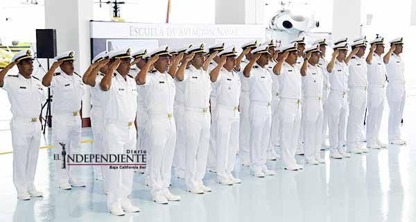 Se gradúan 33 nuevos oficiales de la Escuela de Aviación Naval en La Paz