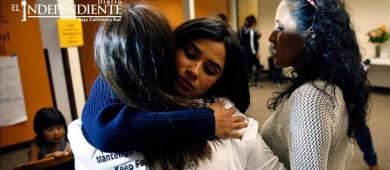 Diane Guerrero se reúne con inmigrante refugiada en iglesia