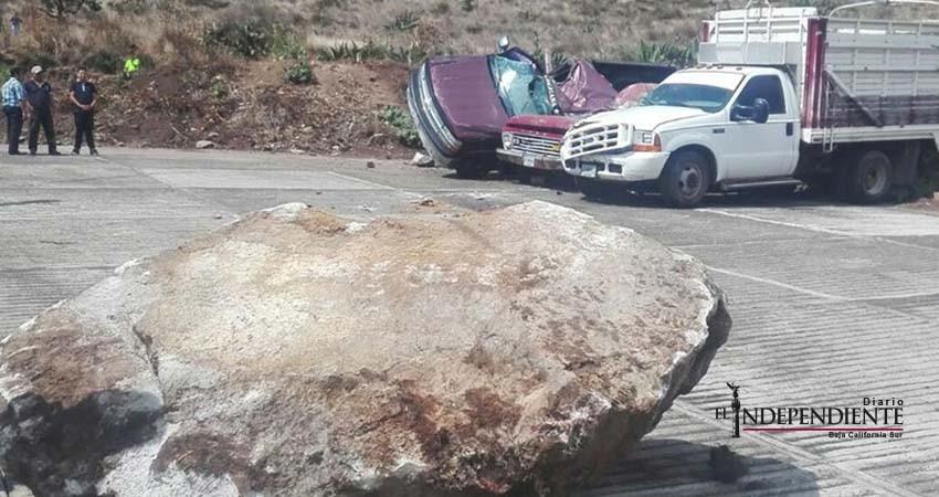 Gran roca se desprende de cerro y cae sobre vehículos en Hidalgo