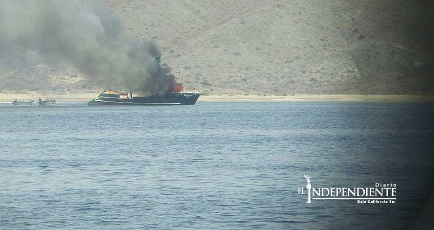 La armada de México auxilia a tripulantes de embarcación sardinera que sufrió un incendio