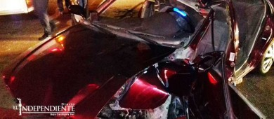 """Auto se impacta contra base de un semáforo; conductor queda """"prensado"""""""