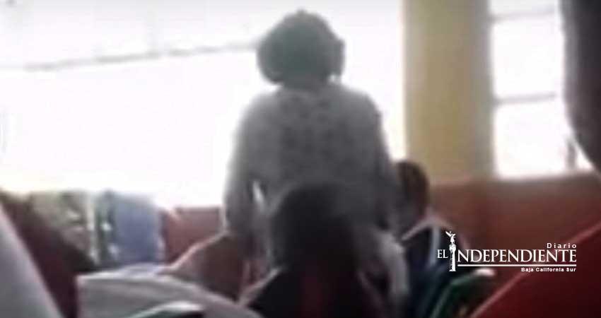 Maestra que agredió a golpes a su alumno es destituida