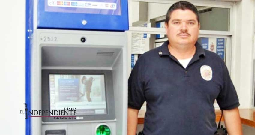 Policía honesto encuentra seis mil pesos en cajero y los regresa