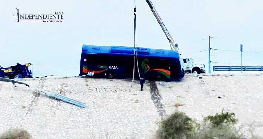 Un autobús estuvo de caer de un puente en SJC
