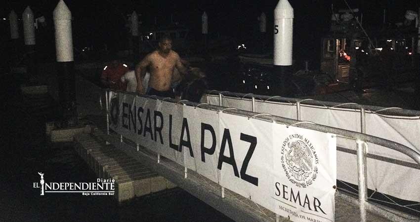 Secretaría de Marina rescata a cuatro personas tras volcarse su embarcación en La Paz