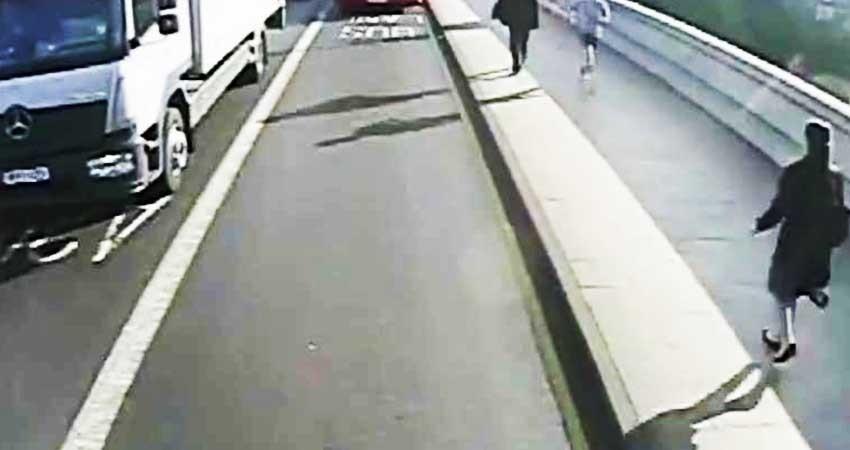 Corredor empuja a mujer al paso de autobús en Londres