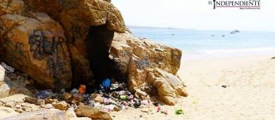 Solo un vendedor ambulante permanece en Balandra, pero persiste problema de basura