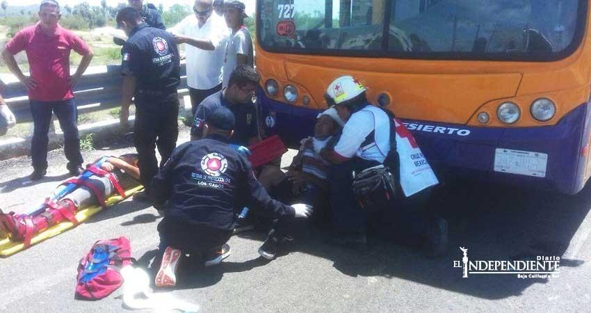 Joven mujer es arrollada por motocicleta al bajar de un autobús