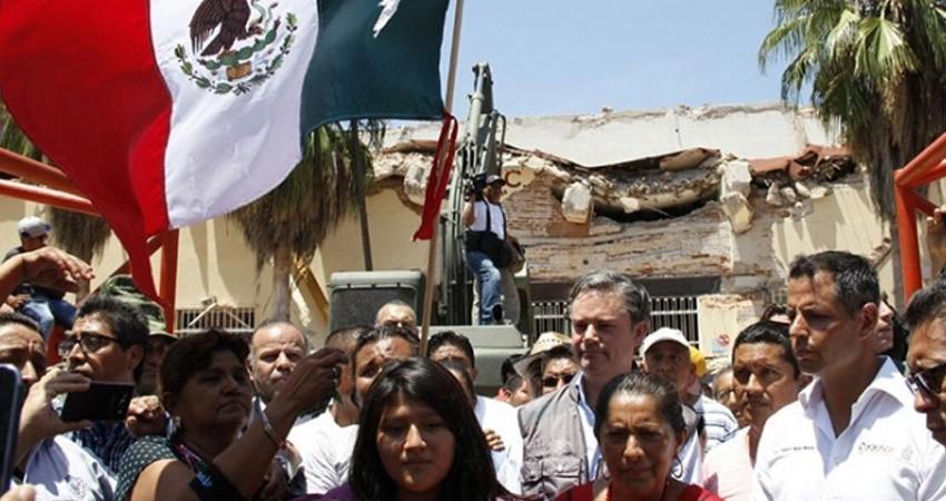 Vecinos de Juchitán se unen ante la tragedia; cantan el Himno Nacional