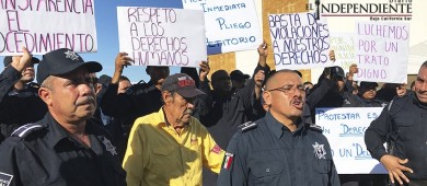 """Estalla protesta policiaca en La Paz... """"Abusivos nos dejan sin sustento"""", acusan"""