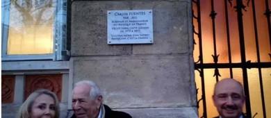 Con placa, recuerdan a Carlos Fuentes en París