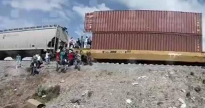 Arman cadena humana para saquear trenes en Puebla