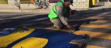 Artista fomenta cultura vial en Sonora con pinturas en el asfalto
