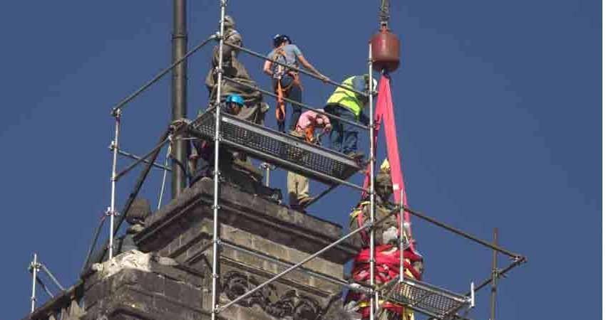 Desmontan 'La Caridad' de Tolsá de la Catedral Metropolitana