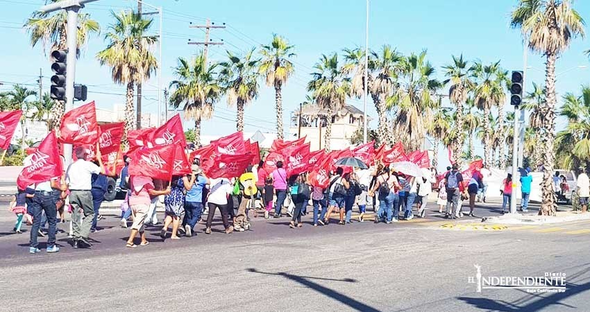 Marchan antorchistas por el centro de San José del Cabo