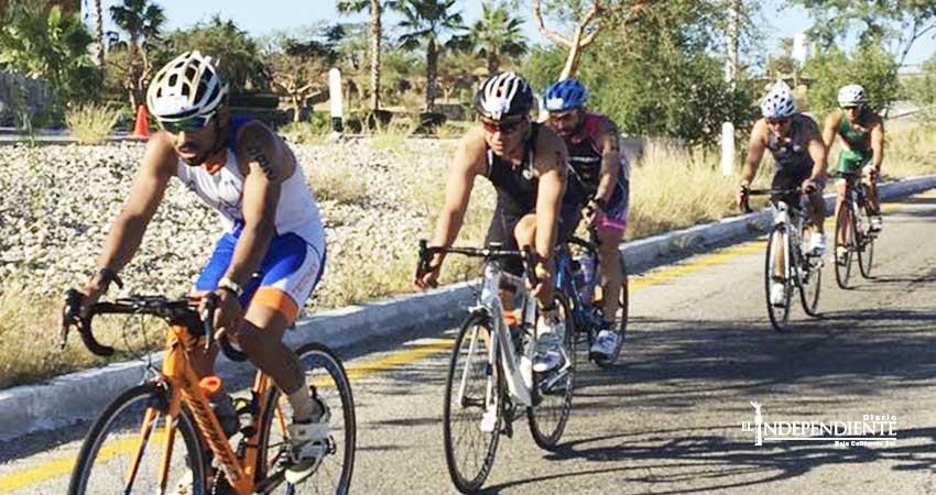 Atletas del Ironman entrenan a lo largo del corredor turístico