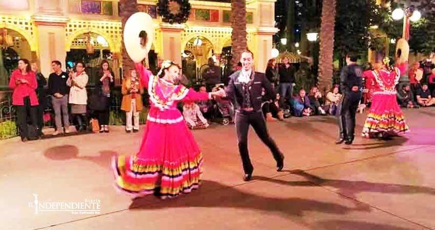 Disney le añade toque mexicano a su celebración navideña