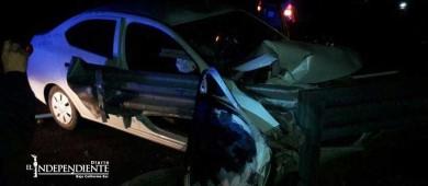 Destroza su auto al chocar contra barra de contención