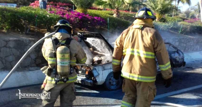 Se incendia auto en el corredor turístico; estaba abandonado