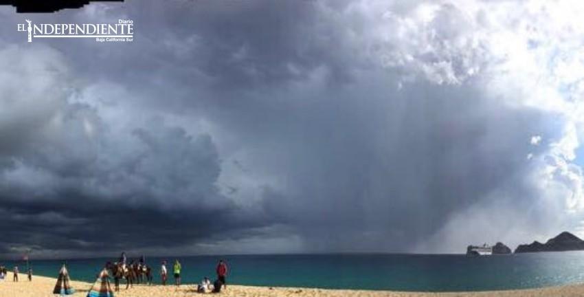 Lluvia acompañada de granizo cae en Los Cabos
