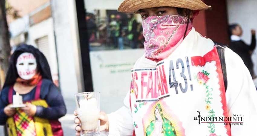 Padres de los 43 'revientan' inicio de precampaña de Ángel Aguirre