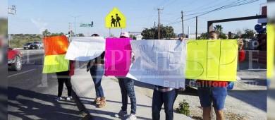 Se manifiestan padres de familia de Telesecundaria de Santa Catarina; exigen escuela digna
