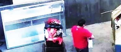 Cámaras captan a un hombre que tira a su bebé a la basura
