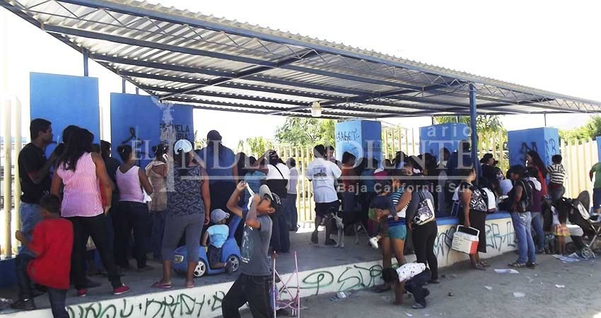 Pide SEP a padres de familia no acampar en las escuelas ante inicio de pre-inscripciones