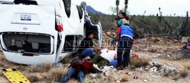 """Una mujer sin vida y 6 lesionados tras volcadura de caravana de """"Marichuy"""""""