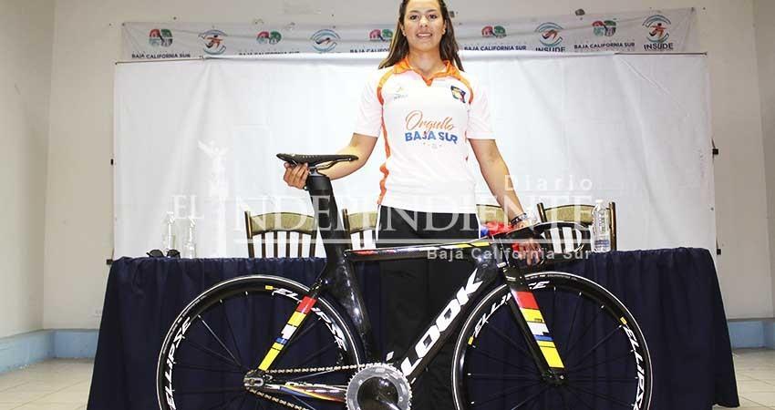 Entregan equipo deportivo a Yuli Paola Verdugo
