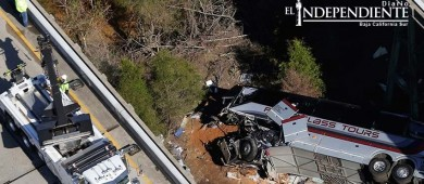 Autobús escolar cae a barranco en EU; al menos un muerto
