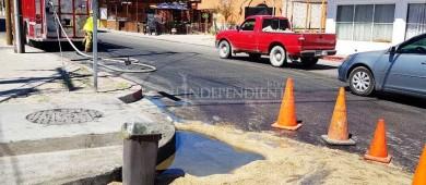 Una falla mecánica en recolector de basura ocasionó derrame de combustibles en calle de Cabo San Lucas