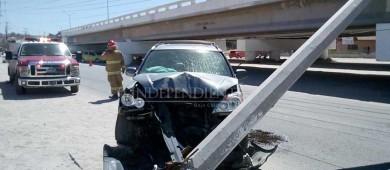 """Se """"llevan"""" postes de energía eléctrica en dos accidentes viales en la Carretera Transpeninsular"""