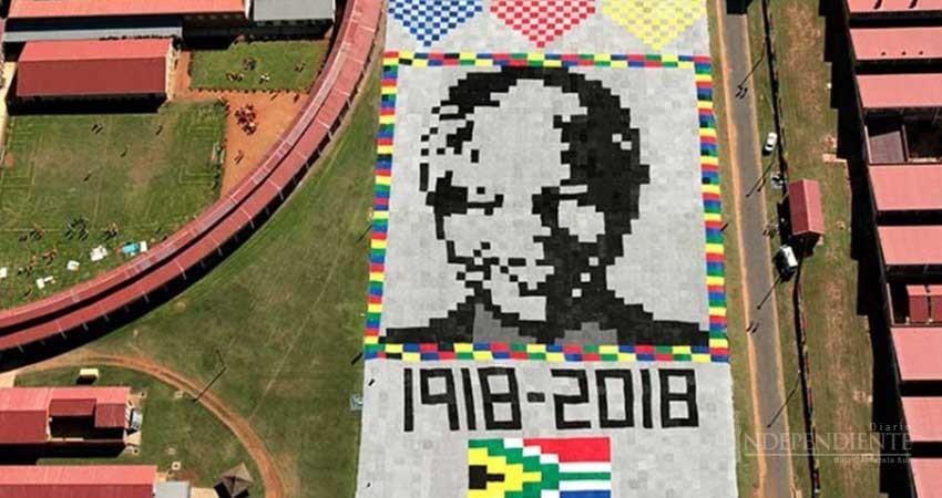 Tejen colosal retrato de Mandela que se ve desde el espacio
