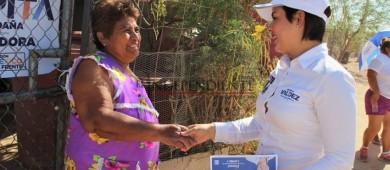 Candidata Michelle Valdez busca el voto casa por casa