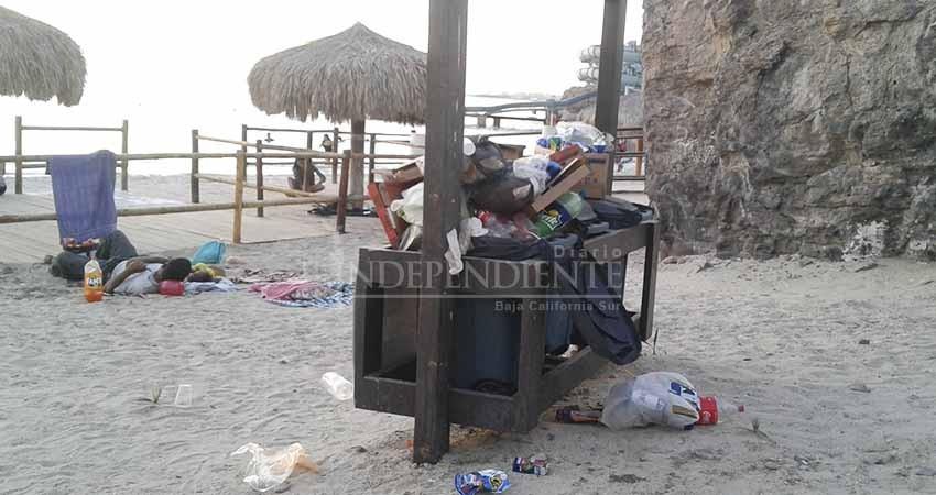 """En total descuido y suciedad la Blue Flag, playa """"El Coromuel"""""""