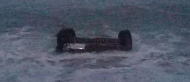 Aparece carro en la orilla de la playa en Cabo San Lucas